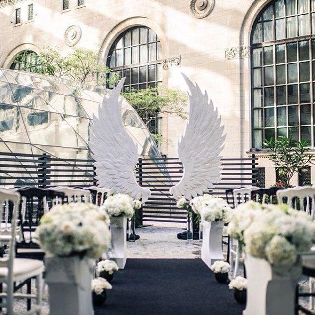 bố trí cánh thiên thần cho phần lễ đường.