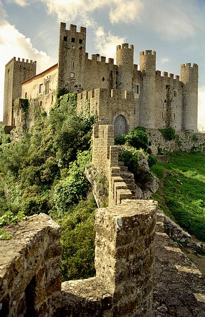 Obidos. This castle is located in the town of the same name and becomes a prominent medieval fortress! #Portugal
