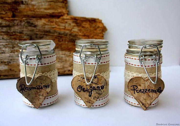 Barattoli per spezie decorati con iuta e cuori di corteccia