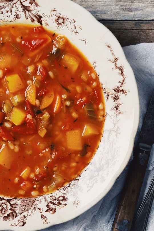 Cette soupe aux légumes et à l'orge est la recette de ma maman. Merci àtoi mom, elle est maintenant un classique dans notre maison! Cette soupese congèle