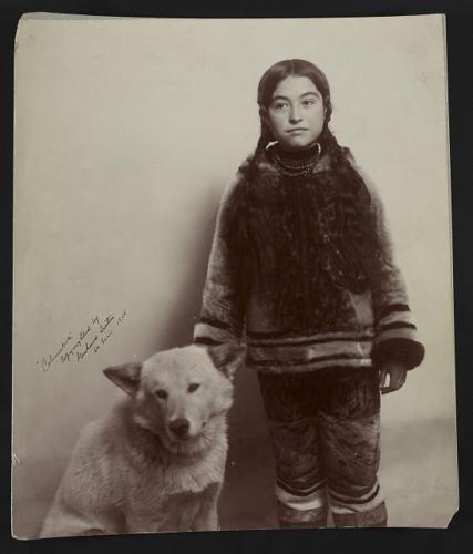 Nancy-Columbia-Inuit-girl-1893-1959-avec-chien-Louisiane-achat-Expo-mo-indiens