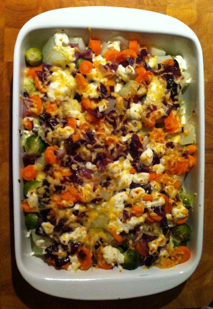 Winterse groenten schotel uit de oven... Met spruitjes, koolrabi, wortel, rode ui, geitenkaas en jonge kaas.