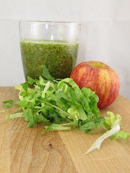 Een heerlijk recept voor een gezond en snel te maken voedselzandloper ontbijt: smoothie met appel en andijvie.