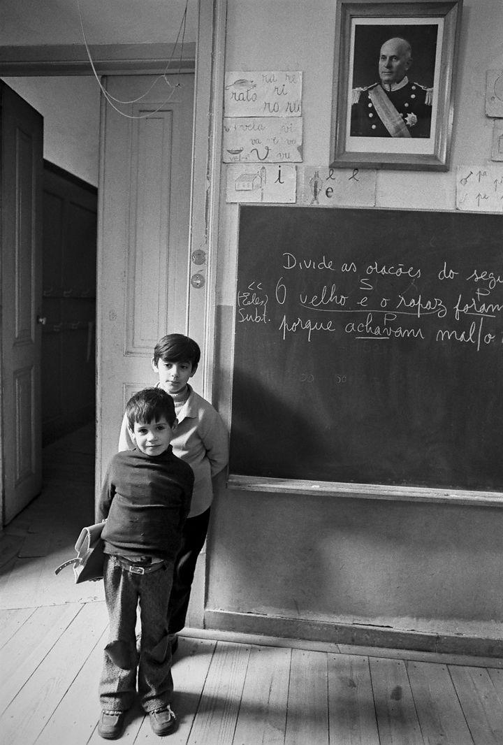 """Alfredo Cunha, 1974: escola no Bairro Alto, Lisboa (Portugal). Fonte: """"Público""""."""