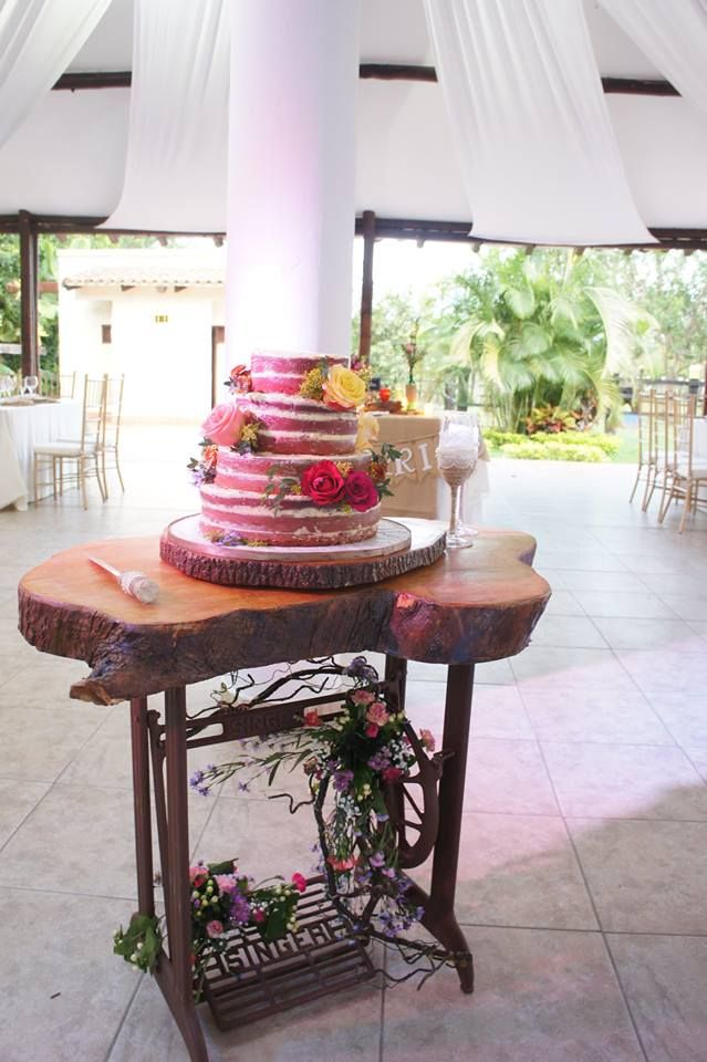 Naked Cake para un matrimonio campestre de buttercream de arandanos y Red Velvet