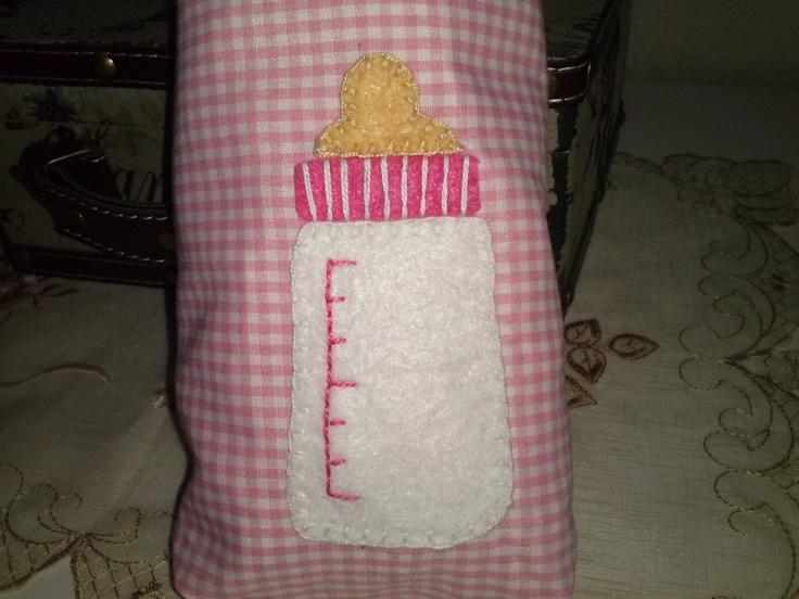 Bolsa para llevar el biberón de la peque, tela de vichy y aplicaciones de fieltro con el motivo que tu quieras, en este caso un biberón. Ideal para regalar a recién nacidos
