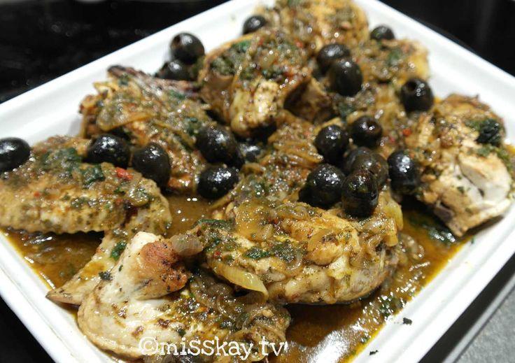 Eines meiner liebsten Geflügel-Rezepte: Geschmortes marokkanisches Hühnchen mit Oliven und gehackten Kräutern.