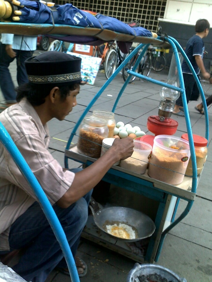 The making of Kerak Telor, traditional food from Betawi, Indonesia.