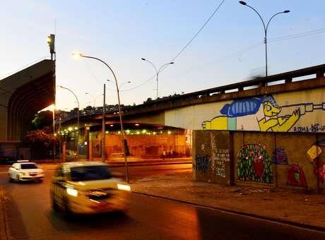 """Grafite no Rio mostra Fuleco com fuzil e mensagem """"queremos educação"""". http://esportes.terra.com.br/futebol/copa-2014/grafite-no-rio-mostra-fuleco-com-fuzil-e-pede-educacao,960609f8b5e66410VgnVCM3000009af154d0RCRD.html"""
