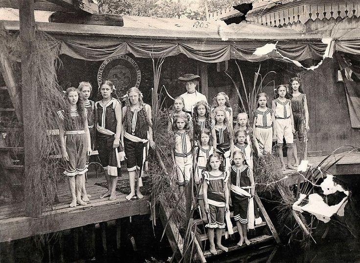 Flickor i Linköpings Allmänna Simsällskap. De står uppställda i Linköpings kallbadhus vid Stångån. Foto: Okänd (ca 1905)
