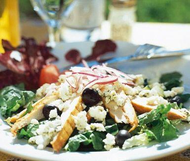 Bjud på en förstklassig grekisk kycklingsallad med inspiration från Medelhavet. Servera tillsammans med feta- och honungsvinägrett. Jättegott till lunch eller som en lättare middag en härlig sommarkväll.