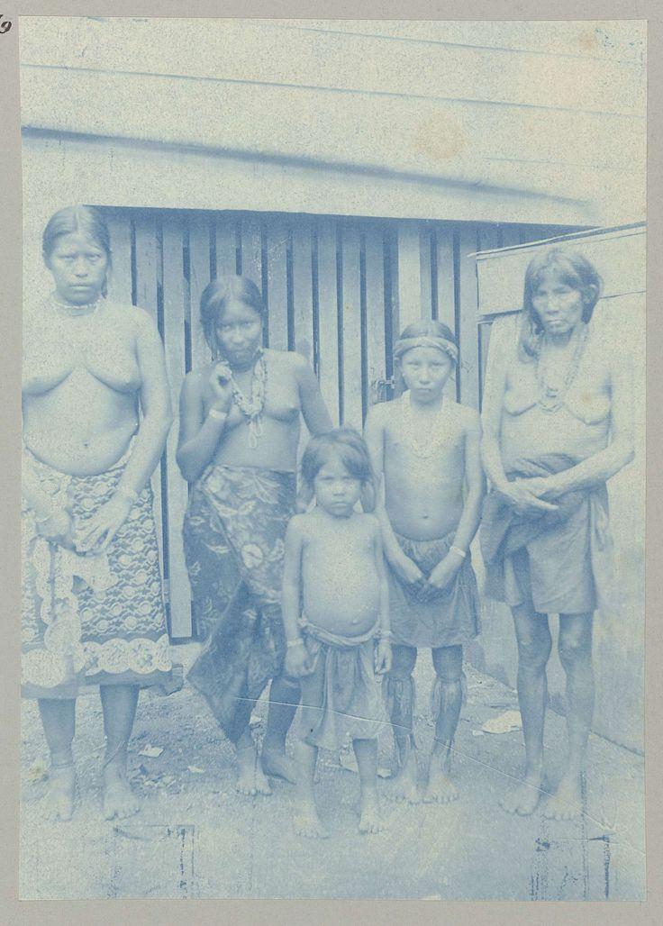 anoniem | Caräiben, attributed to Hendrik Dooyer, 1906 - 1913 | Een poserende groep Surinaamse Indiaanse Karaïben; vrouwen, halfnaakt, variërend in leeftijd van jong tot oud. Onderdeel van het fotoalbum Souvenir de Voyage (deel 4), over het leven van de familie Dooyer in en rond de plantage Ma Retraite in Suriname in de jaren 1906-1913.