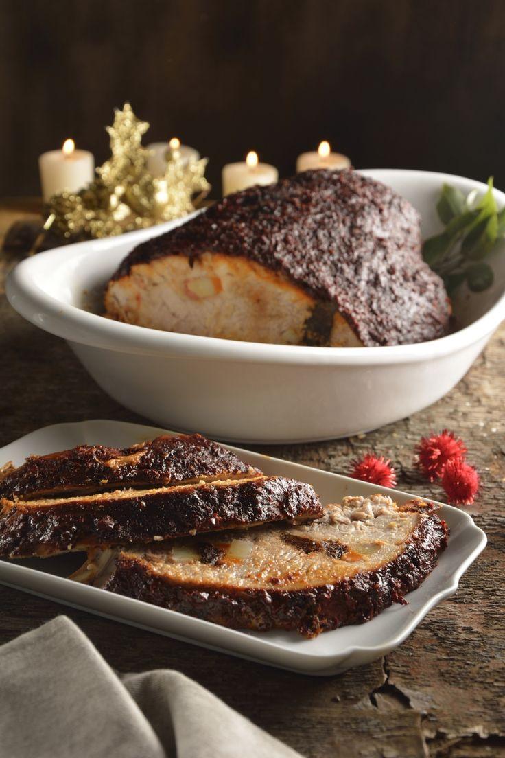 La deliciosa receta tradicional mexicana de pierna mechada, es una preparación muy rica y perfecta para celebrar alguna festividad muy importante con tú familia. La pierna de cerdo mechada con vegetales y especias es un platillo exquisito y uno de los más buscados dentro de la gastronomía mexicana. ¡Pruébalo!