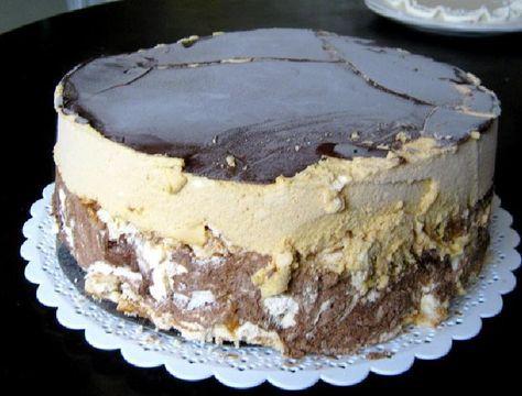Una deliciosa torta helada que cuenta con muchas capas separadas todas ellas por helado de dulce de leche con chocolate