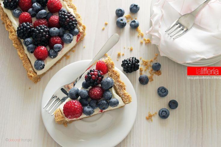 La crostata alla frutta senza cottura è un dolce facile, che non si prepara col forno... ma con il frigo! Un'idea veloce e pratica adatta a tutti.