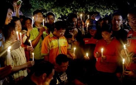 In this Wednesday, April 29, 2015, file photo, people hold candles to pray for death-row prisoners at Wijayapura port in Cilacap, Indonesia. (AP Photo/Tatan Syuflana) ▼4May2015AP|AP PHOTOS: Editor selections from Asia http://bigstory.ap.org/article/93286bd1f4f54117adb9c9318f7c3502/ap-photos-editor-selections-asia