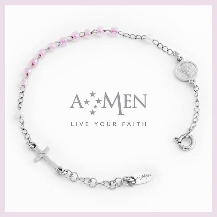 In argento con perline rosa, il braccialetto Amen con la madonnina incisa ed è disponibile anche in azzurro. www.amencollection.com