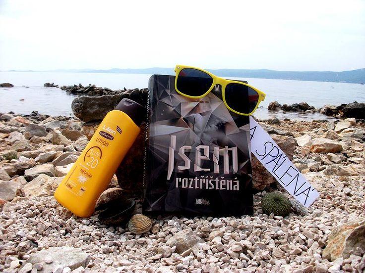 """Tereza Roztříštěná (a spálená) na dovolené v Chorvatsku vzkazuje: """"Nedoporučuju číst CooBoo knížky na přímém slunci. Roztříštěná mě natolik pohltila, že jsem se nevyhnula spálení. :/ ;)""""  http://www.cooboo.cz/vydali-jsme/jsem-roztristena"""