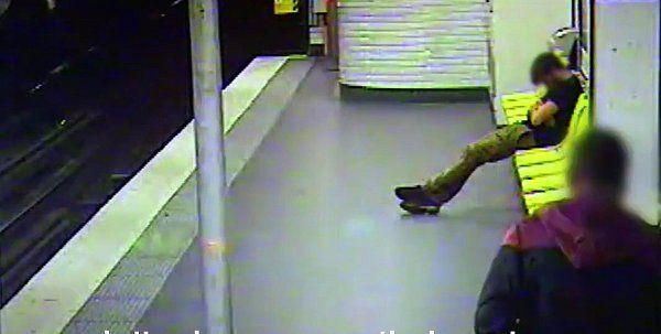 İyi Niyetli Hırsız    Fransa da gerçekleşen olay bir metro istasyonunda gerçekleşti. İlk defa böyle bir hırsızla karşılaşacaksınız. Metro da aşırı alkol nedeniyle sızan bir yolcu, bu durumu fark eden bir hırsız tarafından cüzdanı çalındı.