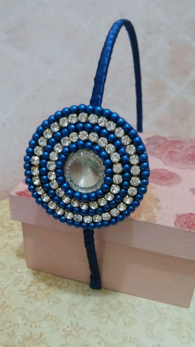 Tiara confeccionada com pérola azul marinho e strass