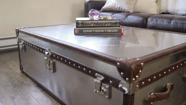 AVANT : La table basse métallique aux allures de coffre sera intégrée au nouveau décor.