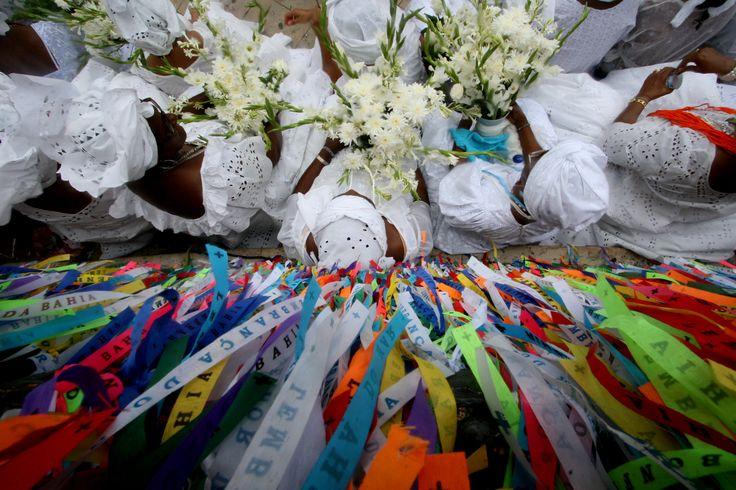 Considerada uma das maiores manifestações populares da Bahia, a Lavagem do Bonfim se repete, sempre na segunda quinta-feira do mês de janeiro, desde 1754 e reune milhares de fieis, turistas e curiosos.