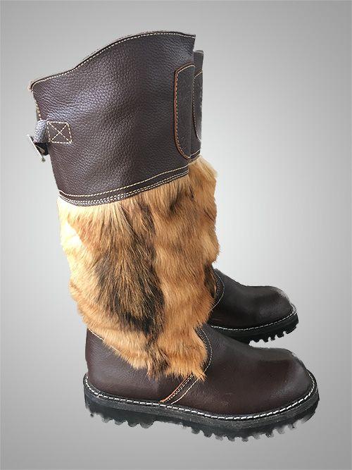 """А вы знаете какая обувь является самой теплой на земле? Это унты, они по праву заслужили свое звание. Такой вид обуви является традиционным для жителей заполярья и крайнего севера. В переводе с языка эвенков означает просто """"сапог"""". Подошва может быть резиновой или из нескольких слоев войлока. В районе ступни используют собачий мех, в районе голенища - овечий. Могут быть как с мехом внутри, так и снаружи. Раньше в советское время унты были частью экипировки летчиков. Этот экземпляр сделан…"""