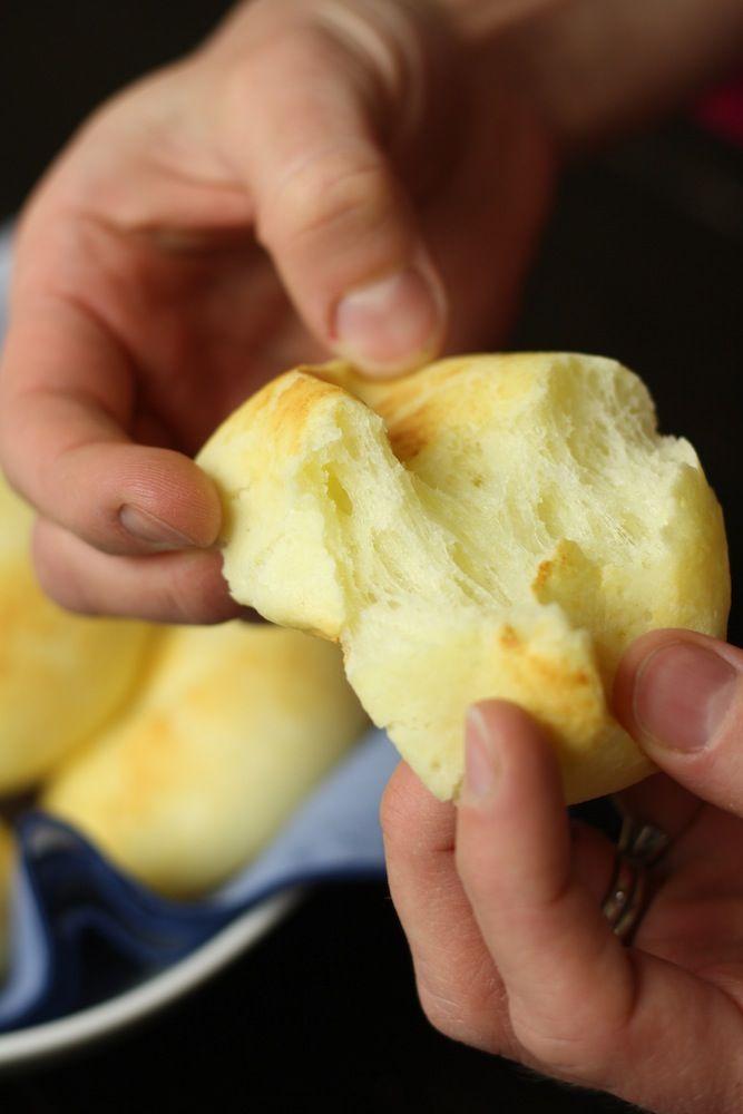 Pan de Yuca Hace 10 rollos Ingredientes 100 g de queso mozzarella rallado (aproximadamente 1 taza) 144 g de queso fresco en cubos (aproximadamente 1 taza) 120 g de harina de tapioca (1 taza) 1 cucharadita de polvo de hornear GF 1/4 cucharadita de sal 1 huevo 3 cucharadas de leche