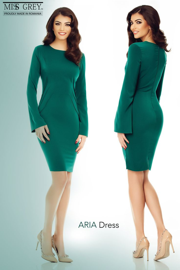 Made to impress, the Aria Dress, in a gorgeous shade of emerald green, will make you stand out in any occasion, making your appearances unforgettable.
