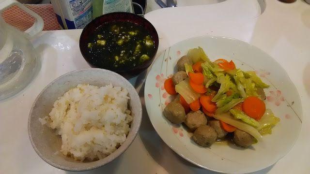 青海苔の味噌汁とイワシの団子の炒め煮。 の青海苔が売っていた。200円のが100円になっていた。それを豆腐と味噌汁にした。ひじょうに海っぽくてうまい。豆腐と一緒に入れたら、見た目があんがい不味そうになったが。青海苔、単品だけのほうがいいのか。  The miso soup of the green string lettuce. Of the dumpling of the sardine fry it, and boil it. の green string lettuce was sold. One of 200 yen became 100 yen. I made it tofu and miso soup. It is the sea very-like and is good. An appearance became unappetizing unexpectedly when I put it with tofu. Are only a green string lettuce, one piece of article better?…