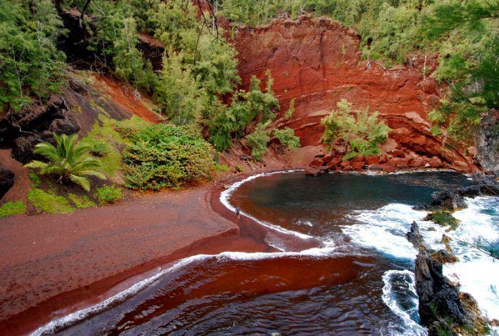 Kaihalulu (Hawái) y la gran cantidad de óxido de hierro que existe en el suelo de Thunder Cove (Isla del Príncipe Eduardo, Canadá) y en isla Rábida (Islas Galápagos, Ecuador).