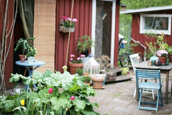 bor i en stuga i skogen och njuter av tystnaden, det enkla livet och söker nya (och gamla), bättre lösningar för hur man kan leva ett enkelt liv, sluta kretsloppet och hitta inre frid:) Utbildad Trädgårdsmästare i Järna. Enkelt boende, små och stora glädjeämnen, andlighet, filosofi, trädgård och kreativitet skriver jag om här!