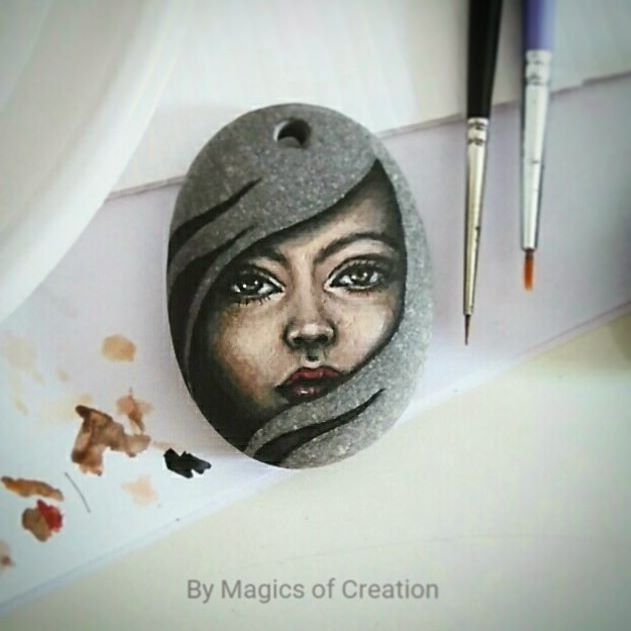 This time I let the natural color of stone paint the hair ☺ #portraitpainting #paintedstone #paintingonstoneart #paintingonstone #creativeart #artpendant #artjewelry #acrylicpainting #girlportrait #girlfacepainting