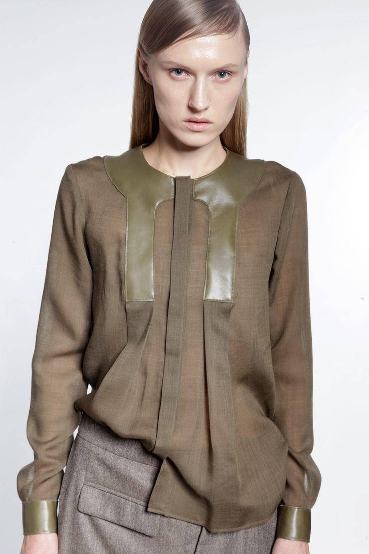 Blouse combinant la transparence d'un voile de laine à du cuir, et cela dans un ton kaki, une des tendances de cet hiver