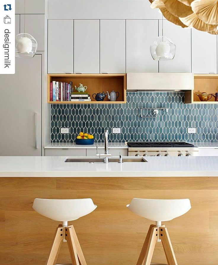Bonita #cozinha  #Repost @designmilk with @repostapp  If you're looking for something other than white subway tiles in your #kitchen consider a #backsplash with colors that are in the same family instead. Design by @yamamar_architecture  Photo by @brucedamonte