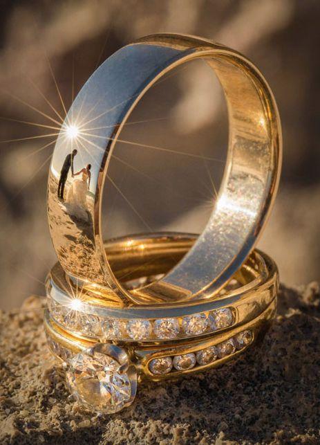 Fotógrafo registra noivos no reflexo das alianças; confira os cliques