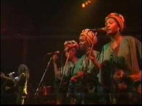 Uno de mis cantantes favoritos... es que Marley no solo cantaba... él nos enseña la vida...