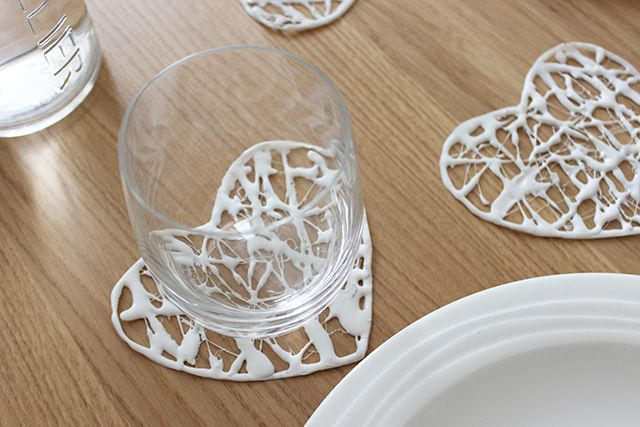 DIY coaster with realized with hot glue · Sottobicchieri Fai Da Te realizzati con colla a caldo