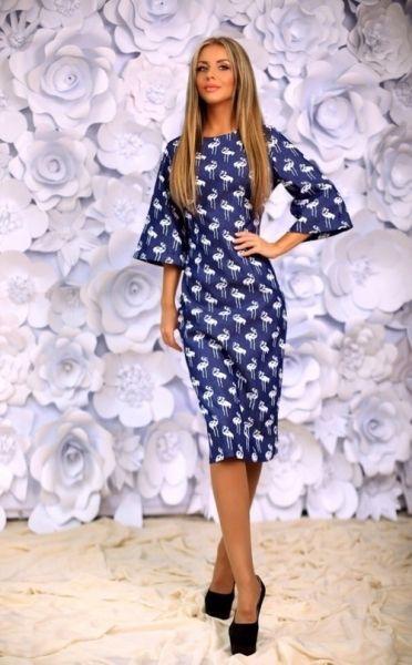 Джинсовое женское платье-футляр с широкими рукавами принт белые фламинго