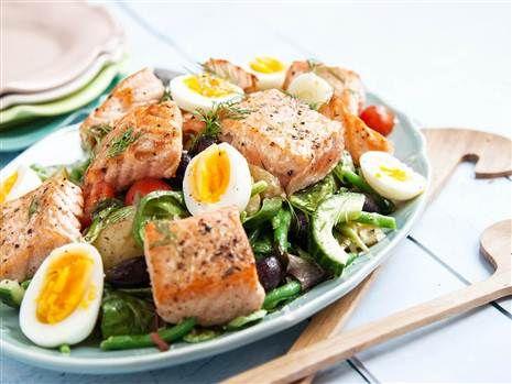 Sallad nicoise med grillad lax. Lättlagad och supergod sommarsallad med lax och ägg. Perfekt picknickmat!