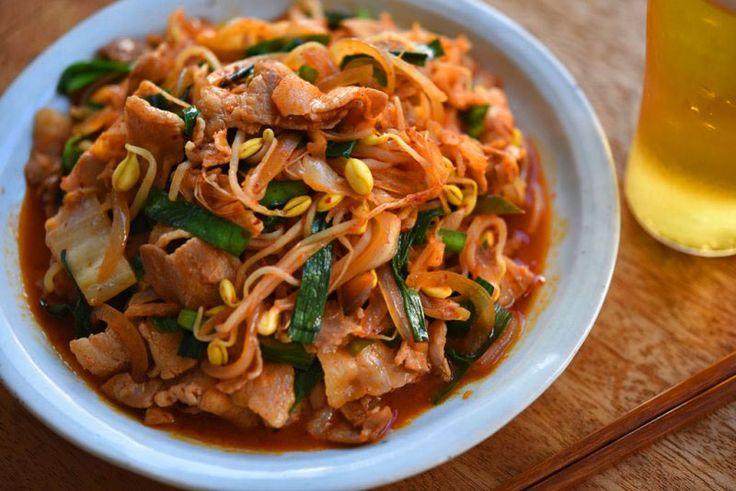 いちばん丁寧な和食レシピサイト、白ごはん.comの『豚キムチの作り方』を紹介しているレシピページです。豚肉や野菜をはじめに炒めて醤油で味をつけ、そこにキムチやニラを加える作り方です。ごま油やニラ、生姜を使って香りよく、豆もやしを加えて食感よく仕上げています。