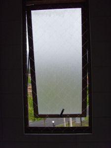 Proteja sus ventanas de baño con apertura hacia afuera y disfrute de la seguridad de mallas invisibles. Fono 041 2471606  Cel. 9 68069060