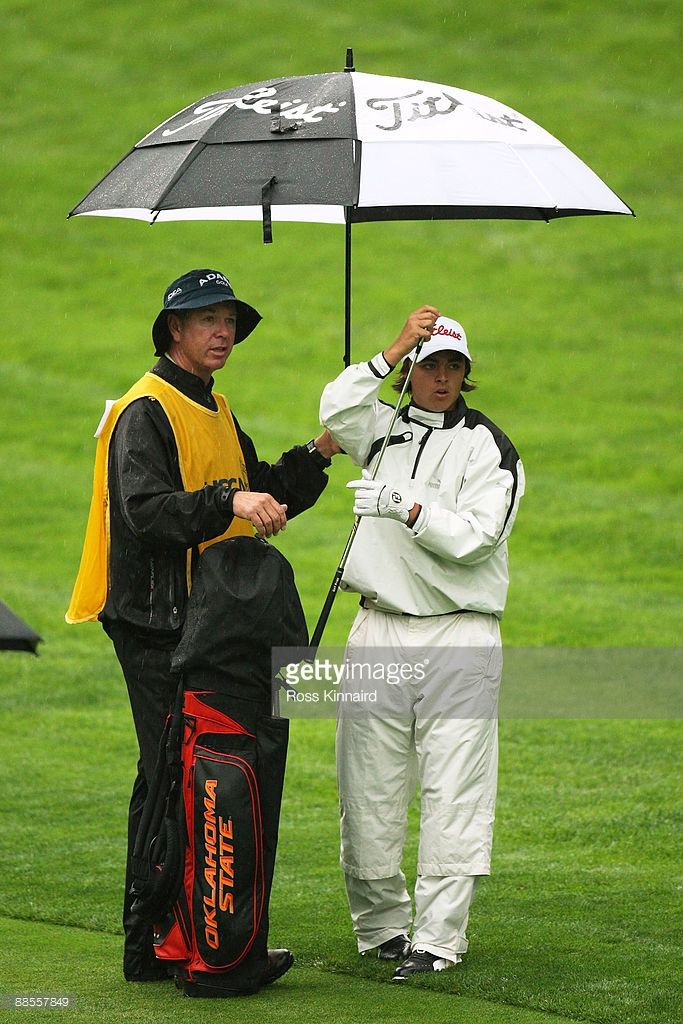 amateur-rickie-fowler-waits-with-his-caddie-graeme-courts-on-the-picture-id88557849 (683×1024)