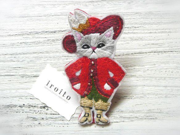 手刺しゅうでつくった 「幸運を招くネコ」のブローチです。 一緒にお出掛けするとイイコトがおこるかも!?  幅:約4.6cm 高さ:約8.5cm   http://www.creema.jp/exhibits/show/id/193340