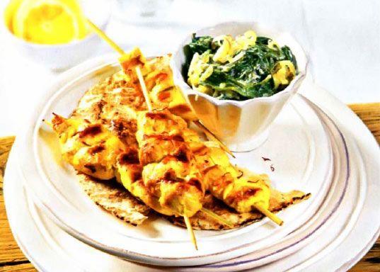 Рецепт Куриные шашлычки на шпажках с витаминным салатом из шпината с йогуртом. Приготовление   блюда