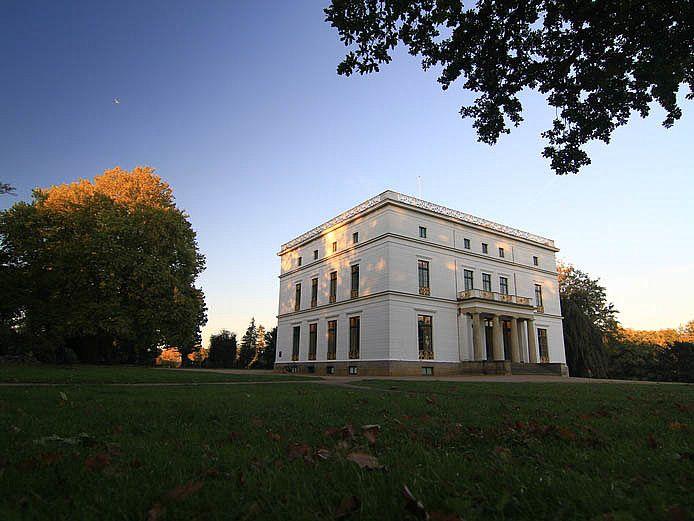 Das Jenisch Haus zählt zu den schönsten historischen Gebäuden Hamburgs und beherbergt ein Museum. Es ist in einem Landschaftsgarten am Elbufer gelegen.