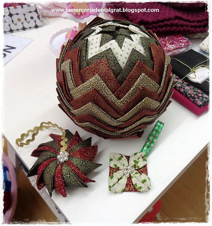 Bolas de Navidad y adornos para el árbol de patchwork