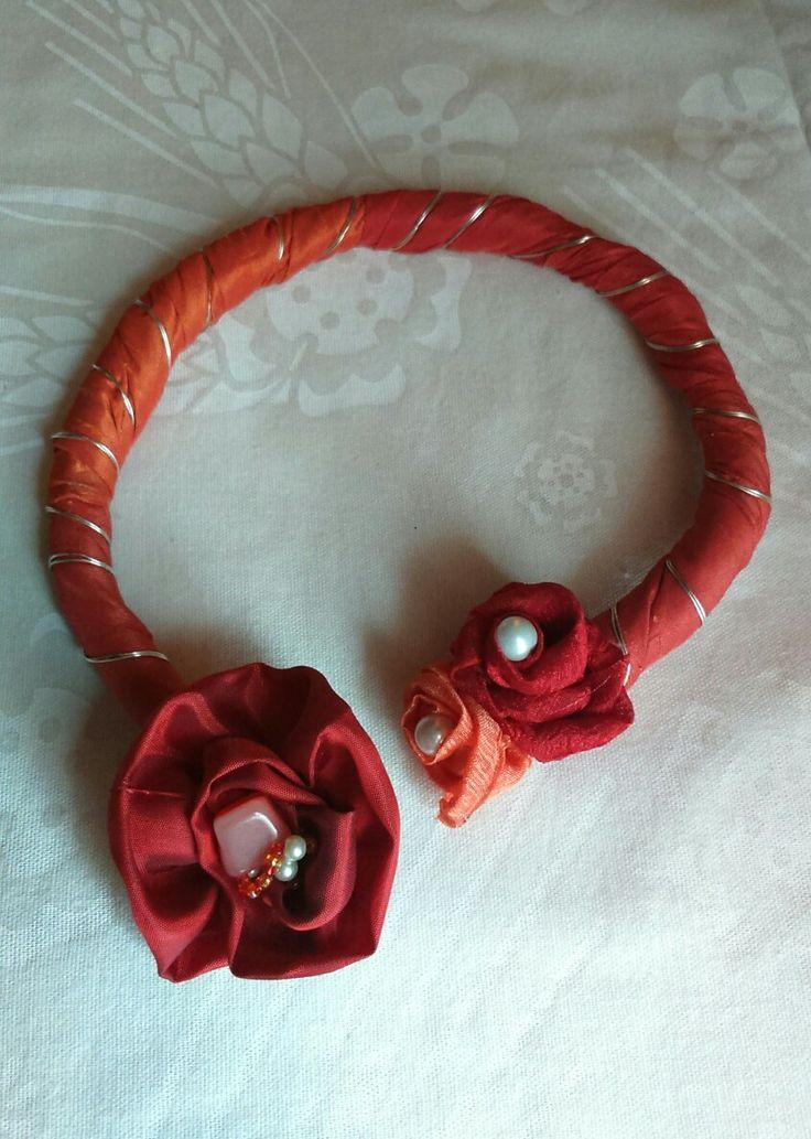 Collana realizzata con nastri e perline