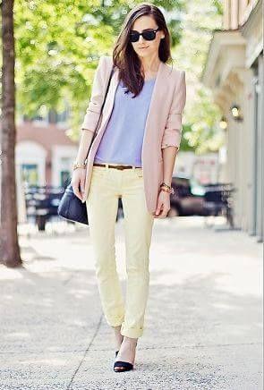 イエローカラー・黄色ジーンズパンツと紫Tシャツとジャケットコーデ