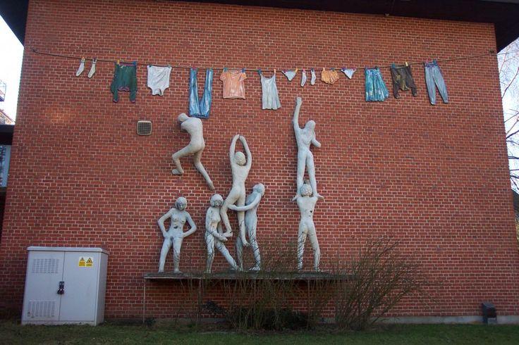 """Værket er blevet til ved et samarbejde mellem 10. K, Viby Skole + """"Projekt Kunst"""", Viby Ungdomsskole og Fadavi: Kun i Fællesskab kan vi nå vores mål."""